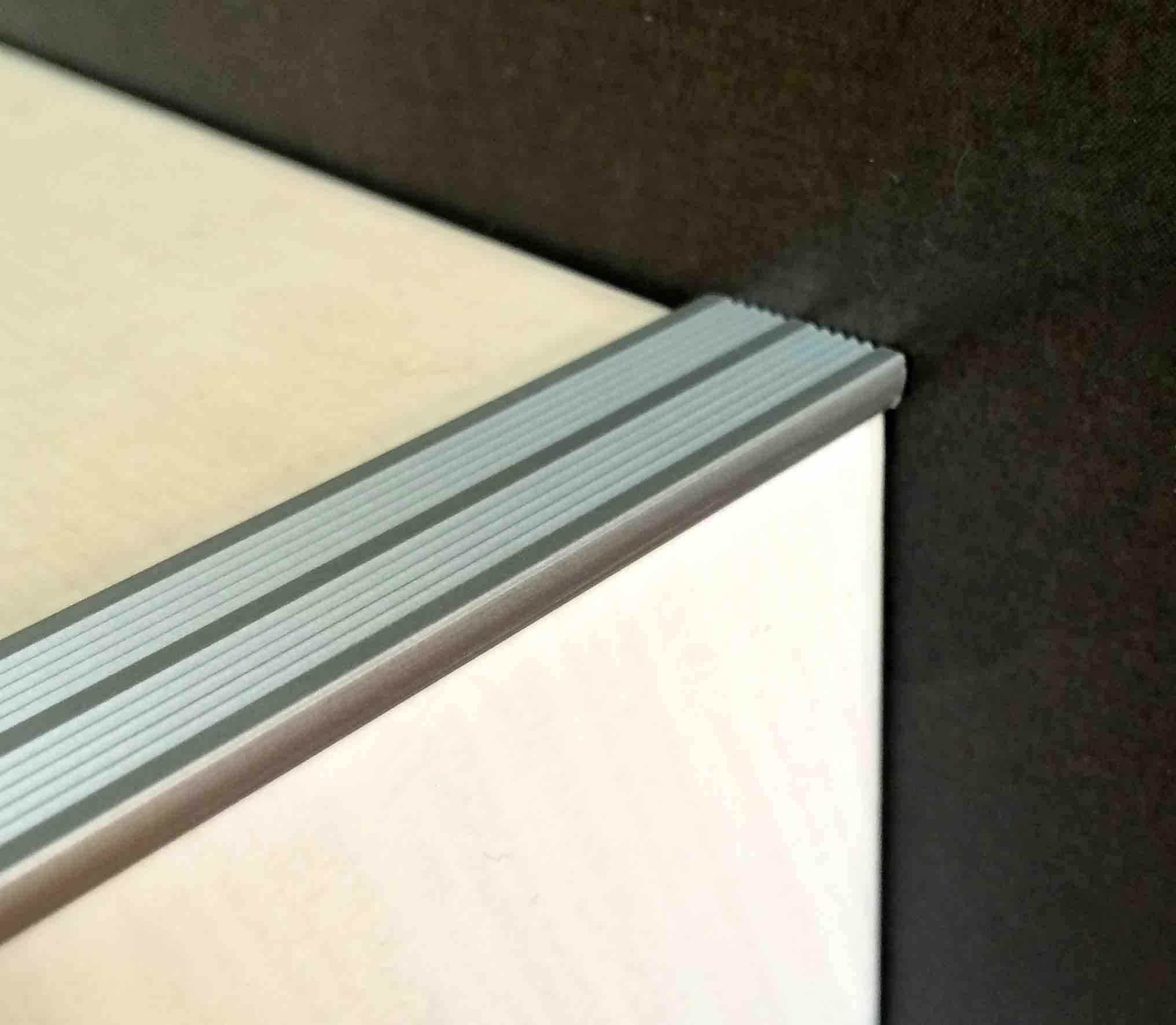 nez de marche decoratif en aluminium 10 mm. Black Bedroom Furniture Sets. Home Design Ideas